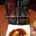 パニーノ・ジュスト - バルサミコ酢とオリーブオイルをたっぷりと浸して食べる。