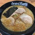 らあめん花月嵐 - 嵐げんこつチャーシューメン 880円。
