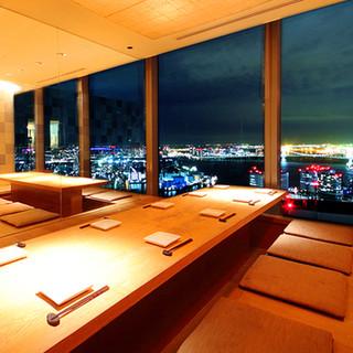 大人気の窓側掘りごたつ席からの夜景は絶景です。