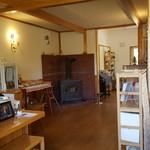 カフェ&レストラン バーチ - お店の右手の方は暖炉や本棚、キッズスペースみたいな感じでしたね。