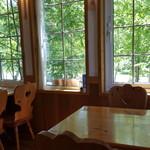 カフェ&レストラン バーチ - 落ち着いた感じの色合いのテーブルや椅子。