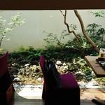 OKU - 奥のテーブル席の窓からは坪庭が見え、水が湧き出ている~!!(・。・;