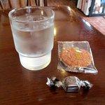 蘭豆 - 料理写真:サービスのチョコとお煎餅!