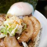 東京駅 斑鳩 - 炙り肉ごはん 半熟卵をセルフでトッピング