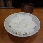 横浜らーめん 六壱家 - 最初の一杯が無料の並ライス