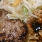 根本商店 - メイン皿(アップ):ふわふわハンバーグと豚カルビの夏野菜スタミナ炒め