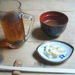 Kemuri - 先にお茶、スープ、ポテサラ 箸置きはコルク栓の半割です