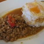 タイスマイルキッチン - カオガイパッバイガパオ(鶏ミンチのバジル炒めご飯)