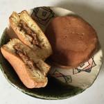 甘い蔵 - 料理写真:カレーおやき1個、140円です。