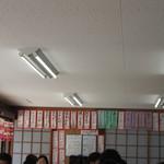 花房商店 - 夏休み中の日曜日とあって店内は美味しい海鮮料理を求めて多くの家族連れで満席、メニューは壁に貼ってあるメニューから選ばせていただきました。