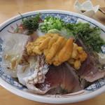 花房商店 - 私の頼んだ日本海丼ウニ入りの出来あがり、イカや鯛等その日に入った5種類の刺身の真ん中には自慢の雲丹が乗ってます。