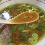 麺屋 航 - 麺が進み残ったスープにはチー油と、太めバラバラ切り葱が大量に浮かぶ