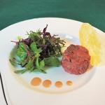 マ・メゾン - 馬肉のタルタル、パルミジャーノのチュイルを添えて