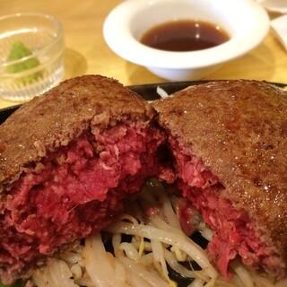 ステーキハウス牛和鹿 - 山葵醬油で和牛レアハンバーグ