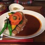 タケウチ - イベリコ豚のカツカレー。950円 野菜がたっぷりとのっていて美味しそう。
