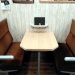 呑気処 ほの家 - テーブル席は、なんと赤い電車の座席です