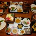 武井旅館 - 夕食。1万3000円でこんなに出して貰ったら、このお宿、利益どころかマイナスにならないかしら…と大きなお世話な心配!?でもこれで終わりません!!