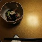 和らく - 料理写真:初めの一皿。きゅうりとわかめとたこの酢の物