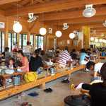 洞戸観光ヤナ - またたく間に、この満席具合! 夏休みの人気スポットというのも頷けます