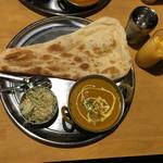 ナンカレーハウス - チキンカレー(甘口)、ナン、サラダ、マンゴーラッシー