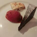 シュエット - ガトーショコラ、ヌーガグラッセ、いちごとカシスのソルベ