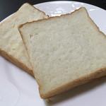 乃が美 はなれ - カット断面。 とてもキメが細かいパンです。