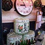 一本釣り - 巨大な時計がありました。 何だか珍しい時計ですね。 お酒の樽や瓶も沢山並んでいます。 土佐と言えば、酒豪が多いそうですもんね。 今日は美味しいお酒が呑めるかな。