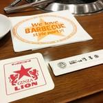 名古屋ビール園 浩養園 - テーブル席にあったエプロンとコースターと箸