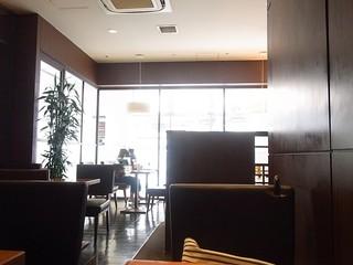 丸福珈琲店 JR高槻店 - 落ち着いた店内
