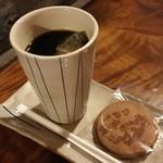 54972046 - コーヒーにはお煎餅が付きます