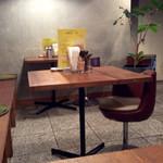 円町リバーブ - テーブル席。