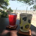 浜辺の茶屋 - 右が、アイスコーヒー。左は、ハイビスカスティー。