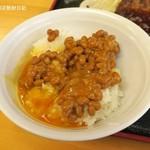 激安食堂 小林屋 - 納豆と玉子をご飯にかける