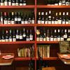 ビストロ ガール・ド・リヨン - 内観写真:圧巻のワイン棚《八丁堀 ワイン フレンチ ビストロ ガール・ド・リヨン》