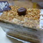 フリューリング - モカベースのケーキ上のナッツがアクセント(2016.8)
