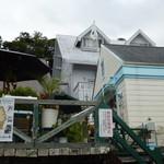 フラワー ラボ - かやの木テラス お隣はステーキの人気店そうまさん。(お店は右のクリームイエローの建物)