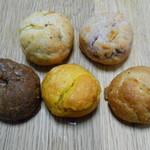 54992740 - 前列左から チョコ、パンプキン?、プレーン。後列左からバニラ&カスタード?、紫芋。 H28.6.6