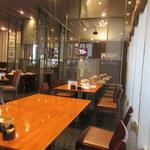 トニーローマ - 入口すぐにカウンター席、お店のCMがエンドレスで流されます