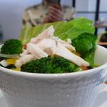 自家焙煎珈琲 ICHI no KURA coffee&soft cream - 大きなカップに入ったサラダ