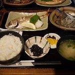 佐渡蔵 - ランチの750円のセット、焼き魚が鯛、煮魚がメダイ