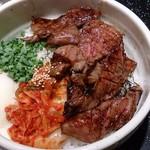 肉の匠 将泰庵 本店 - 焼肉丼。肉とキムチとねぎ