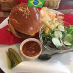 カフェ 彩の森 - ルーシーズバーガー(1000円)添えてあるフライドポテトと思っていたものはポテトチップでした。カリカリで美味しい!