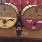 ピッツァナポレターノカフェ - 樽ワイン 313円(税込)は、自分で好きな量だけ注げます