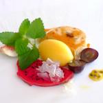 Bistro東進堂 - H28.8月 デザート バナナムースのケーキ、ドラゴンフルーツに白キクラゲのシロップ煮にキヌアを添えて