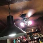 55018027 - 天井には扇風機。(この空間では、シーリングファンと呼んではいけません。)