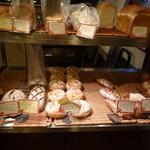 ブーランジュリー ラ・セゾン - 右手にはハード系のパンがあります☆
