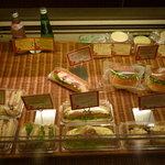 ブーランジュリー ラ・セゾン - ショーケース右手にはサンドイッチ類があります♪種類が豊富!