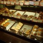 ブーランジュリー ラ・セゾン - ショーケースには美味しそうなパンがいっぱい☆