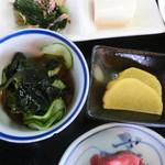 信栄食堂 - 酢の物と沢庵