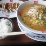おおぎやラーメン - 料理写真:みそラーメン餃子セット1010円。
